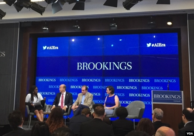 法國戰略分析家尼古拉·米埃勒(右二)2018年6月12日在華盛頓布魯金斯學會參加研討會(美國之音葉林拍攝)