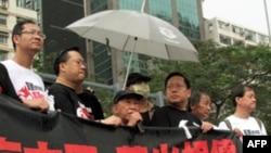 司徒华(持话筒者)谴责香港警方扣押民主女神像