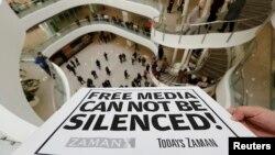 """Zaman gazetesinin bürosuna asılan """"Özgür Medya Susturulumaz"""" yazılı pankart"""