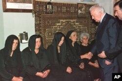 სოფელი მატაანი, ედუარდ შევარდნაძე გურამ ოთიაშვილის პანაშვიდზე, 27 აგვისტო, 2002
