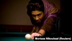 Une iranienne jouant au billard au Maryam Bowling sur l'île de Kish dans le golfe Persique, le 13 décembre 2007.