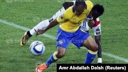 Johann Obiang (dura) taphataa Gabonitti taphataa Burkiinaa Faasoo, Jonathan Pitroipa irraa kubbaa buufachuuf hadha.Ammajii 17,2015 (REUTERS)