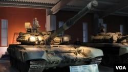 乌拉尔车厢厂博物馆中展出的T-90坦克 (美国之音白桦拍摄)