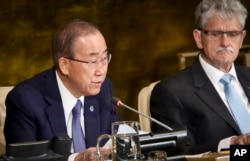 ປະທານ ສະມັດຊາໃຫຍ່ ອົງການສະຫະປະຊາຊາດ ທ່ານ Mogens Lykketoft, ຂວາ, ຮັບຟັງ ໃນຂະນະທີ່ ເລຂາທິການໃຫຍ່ອົງການສະຫະປະຊາຊາດ ທ່ານ Ban Ki-moon ກ່າວຖະແຫລງ ໃນການເປີດ ກອງປະຊຸມລະດັບສູງ ເລື້ອງການຍຸຕິ ໂຣກ AIDS, ວັນທີ 8 ມິຖຸນາ 2016.