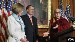 Dalai Lama disambut oleh Ketua DPR AS John Boehner (tengah) dalam kunjungannya ke Gedung Kongres AS (7/7).