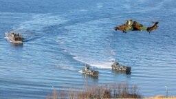 Tàu đổ bộ và máy bay trực thăng tham gia cuộc tập trận Trident Juncture của NATO, ngoài khơi bờ biển Trondheim, Na Uy, ngày 30 tháng 10, 2018.