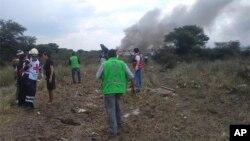 Các nhân viên cứu hộ, cứu hỏa tại nơi rơi máy bay của hãng Aeromexico hôm 31/7/2018