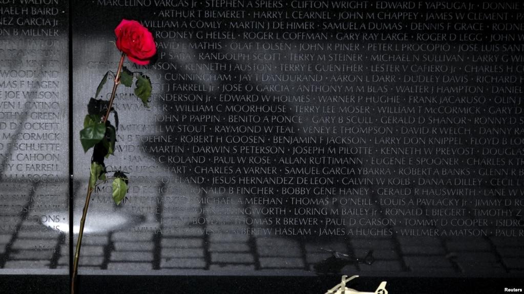 Một hoa hồng đỏ và một máy bay trực thăng đồ chơi để lại tại Đài Tưởng niệm Chiến tranh Việt Nam trong Ngày Cựu Chiến Binh tại Washington 11/11/2015. REUTERS/Carlos Barria