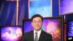 美国之音中文部资深编辑宝申在主持电视节目