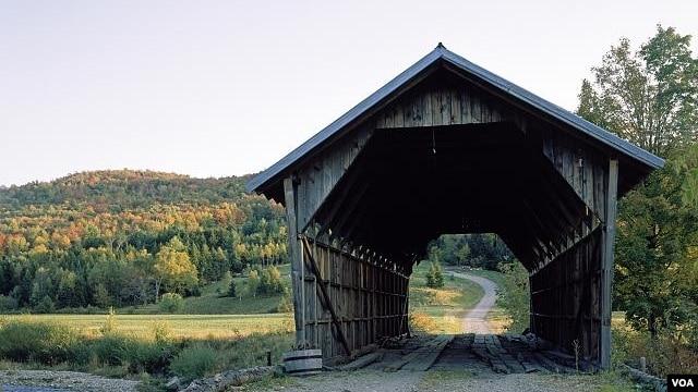 Sắc thu tô điểm cho vẻ cổ kính của một cây cầu nhỏ có mái che ở Vermont