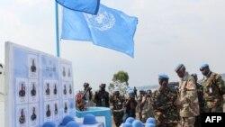 Les casques des soldats tanzaniens de la Monusco tombés dans une attaque au cours d'une cérémonie à Goma, RDC, le 15 décembre 2017