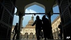 Warga berdatangan ke masjid al-Azhar di Kairo, Mesir, untuk shalat Jumat. (Foto: Dok)