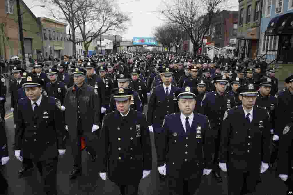 ہدایت نامے میں کمشنر، ولیم بریٹن نے کہا کہ 'ایک ہیرو کی تدفین غم کے اظہار کا معاملہ ہے، نا شکایات کا'۔