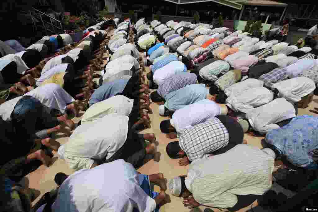 2일 버마 랑군 시 이슬람 사원 화재 현장 희생자들을 애도하는 장례식장에서 기도를 올리는 무슬림들.