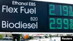 Papan harga BBM di stasiun pengisian bahan bakar di San Diego, California, 8 Januari 2015.