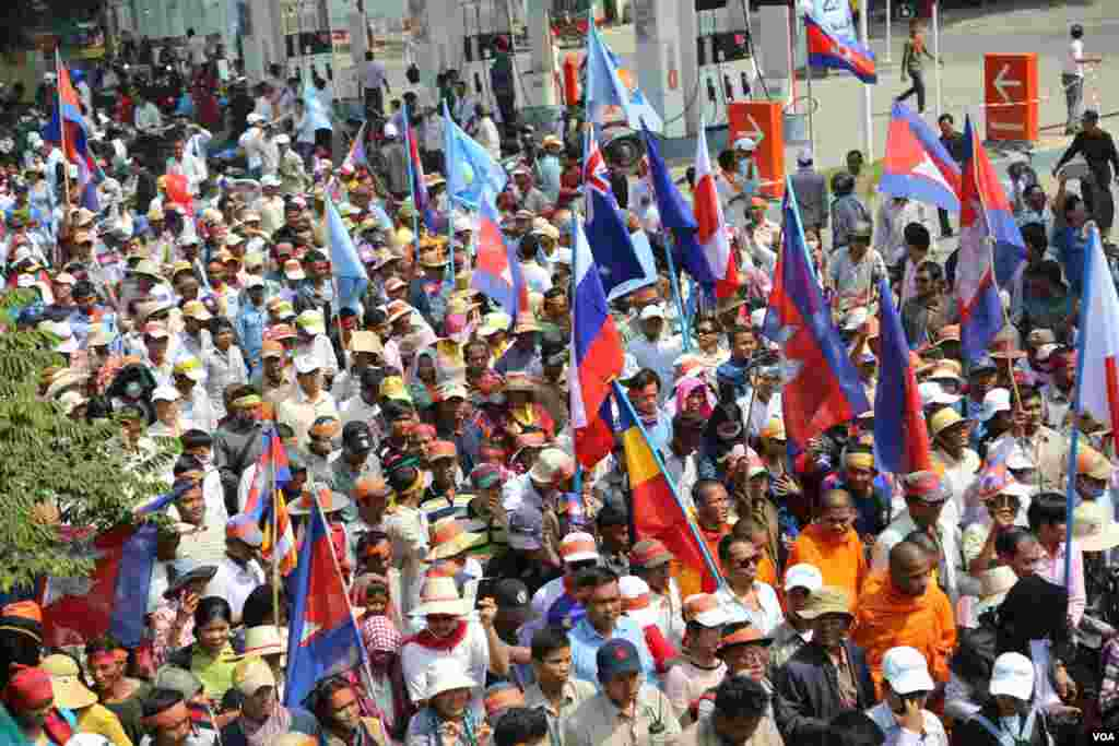 Opposition supporters wave national flags of some Western countries who were signatory parties to the 22 year old Paris Peace Agreement, Phnom Penh, Oct 24, 2013. (Heng Reaksmey/VOA Khmer)
