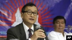 캄보디아 야당 지도자 삼랑시(왼쪽). (자료사진)
