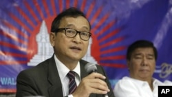 Cambodian opposition leader Sam Rainsy, left, who is currently living in exile in France, talks about the opposition's plans for next year's elections in Cambodia during the launching of the International Parliamentary Committee for Democratic Elections in Cambodia with Philippine Sen. Franklin Drilon, file photo.