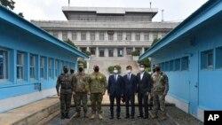 Menteri Unifikasi Korea Selatan Lee In-young (tengah), dan pejabat berpose dengan tentara AS dan Korea Selatan di garis demarkasi militer selama kunjungan ke Panmunjom di Zona Demiliterisasi, Korea Selatan, Rabu, 16 September 2020.