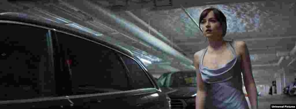 «داکوتا جانسون» بازیگر در فیلم «پنجاه طیف تیرهتر که صحنه های سکسی این فیلم اعتراض برخی فمنیست ها را بر انگیخته است.