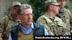 Курт Волкер під час перебування у прифронтовій Авдіївці, 23 липня 2017 року