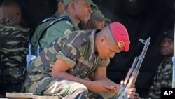 Abasirikare bariko bacungera umutekano mu kibanza c'amatora ku murwa mukuru w'igihugu ca Magadascar, Antananarivo