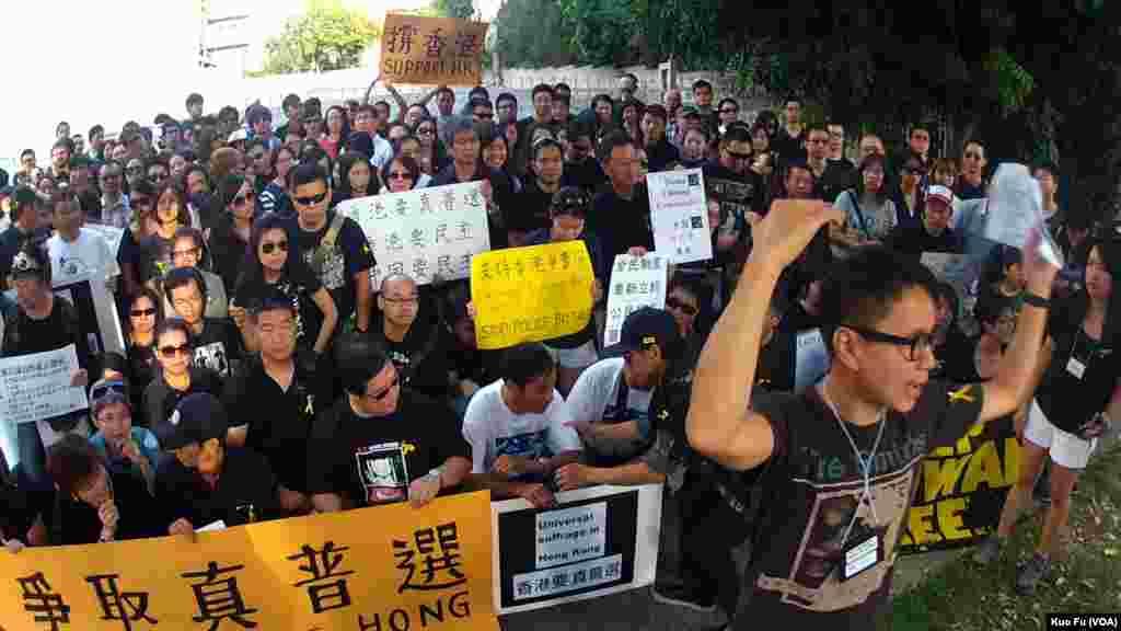周日在洛杉矶声援香港占中行动的人群(美国之音国符拍摄)