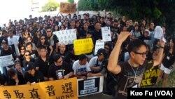 週日在洛杉磯聲援香港佔中行動的人群(美國之音國符拍攝)
