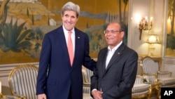 Tổng thống Tunisia Mohamed Moncef Marzoui tiếp đón Ngoại trưởng Hoa Kỳ John Kerry tại dinh tổng thống, 18/2/14