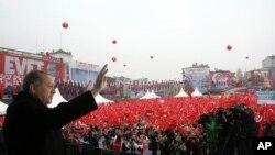 ប្រធានាធិបតីតួកគី Recep Tayyip Erdogan ថ្លែងទៅកាន់អ្នកគាំទ្រនៅទីក្រុងអ៊ីស្តង់ប៊ុល កាលពីថ្ងៃទី១១ ខែមីនា។ រដ្ឋាភិបាលហូឡង់ កាលពីថ្ងៃសៅរ៍បានដកការអនុញ្ញាតឲ្យរដ្ឋមន្ត្រីក្រសួងការបរទេសតួកគី ចុះចតក្នុងប្រទេសហូឡង់។