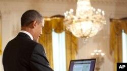 """奧巴馬星期三在通過社交網站推特(Twitter)舉行的""""市民大會""""上回答了網上用戶的問題。"""
