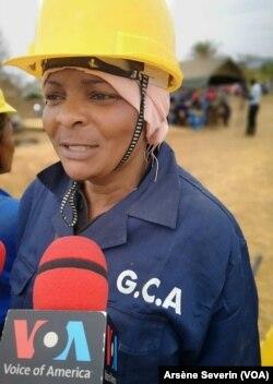 Une agriculture engagée à travailler la piste agricole Lombolo-Loulombo, au Congo-Brazzaville, le 4 août 2019. (VOA/Arsène Severin)
