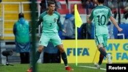 Cristiano Ronaldo du Portugal, dans sa posture préférée après l'unique but de la partie, lors du match contre la Russie, à la coupe des Confédérations, au stade de Spartak, Moscou, 21 juin 2017.