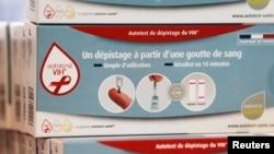 """""""L'auto-test"""" en vente dans une pharmacie de Bordeaux, France, le 15 septembre 2015. (REUTERS/Regis Duvignau)"""