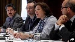 Pejabat tinggi kelompok oposisi Suriah, Bassma Kodmani (kedua dari kanan) memberikan keterangan kepada media (foto: dok).