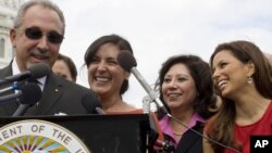 Eva Longoria, a la derecha, junto a Hilda Solis, Secretaria de Trabajo de EE.UU., Susan Gonzáles y Emilio Estefan, durante el anuncio del Museo Nacional Hispano.
