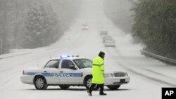 Algunas carreteras y autopistas han sido cerradas al tráfico a causa de la tormenta.
