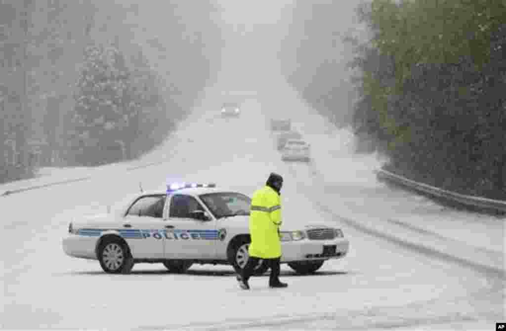 Офицер полиции перекрывает дорогу, опасную для движения в Северной Каролине.