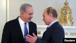 以色列總理內塔尼亞胡(左)5月14日在索契與俄羅斯總統普京在歡迎儀式上