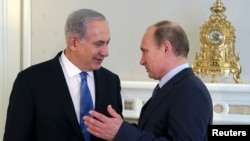 네타냐후 이스라엘 총리(왼쪽)와 블라디미르 푸틴 러시아 대통령이 지난 2013년 러시아 소치에서 만나 대화를 나누고 있다. (자료사진)