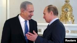 ທ່ານ Vladimir Putin (ຂວາ) ພົບກັບ ທ່ານ Benjamin Netanyahu