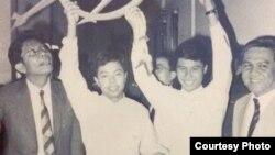၁၉၈၉ တုန္းက ျမန္မာအစိုးရပိုင္ေလယာဥ္ကို ပ်ံေပးဆြဲ ခဲ့ၾကသည့္ ရဲသီဟ(အလယ္-ဘယ္) ႏွင့္ ရဲရင့္ ေခၚ ကိုသန္းစုိး (အလယ္-ညာ) တို႔အား ထိုအခ်ိန္က ထုိင္းႏိုင္ငံတြင္ ေတြရစဥ္။