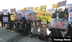 هزاران معترض به حضور ژنرال کیم، مسیر او به هتل را نیز بستند.