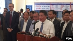 Transport Minister Sun Chanthol held a press conference on the first railway service linking Phnom Penh International Airport, Phnom Penh, Cambodia, April 10, 2018. (Hul Reaksmey/VOA Khmer)