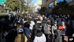 南韓大邱市排隊等待購買口罩的人潮