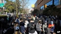 韩国大邱市排队等待购买口罩的人潮(资料照片)