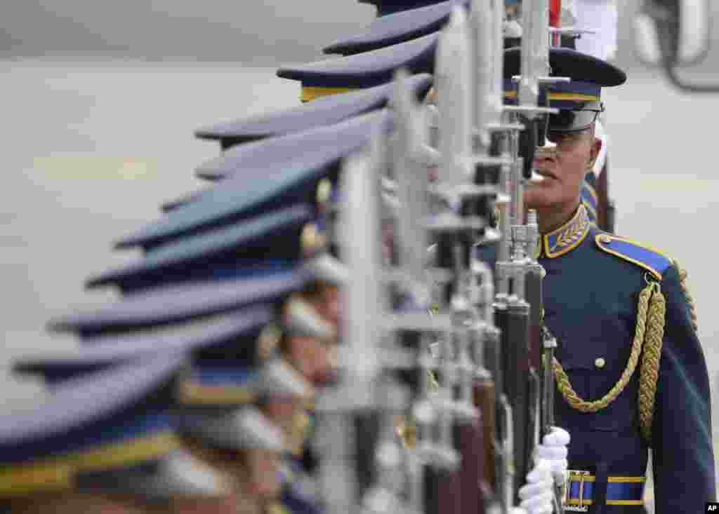 ادای احترام گارد تشریفاتی فیلیپین در استقبال از نخست وزیر مالزی برای شرکت درنشست سران آسه آن در فرودگاه بین المللی فیلیپین