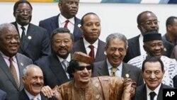 Le leader llibyen Mouammar Kadhafi entouré de ses pairs arabes et africains au sommet de Syrte