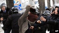 Kazakh riot police officers detain demonstrators during an opposition rally in Kazakhstan's commercial capital Almaty, December 17, 2011.