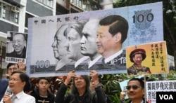 社民連前立法會議員梁國雄高舉「惡搞」中國國家主席習近平的大型道具人民幣。(美國之音湯惠芸)